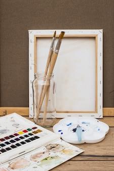 Concetto di artista moderno con pennelli e vernice colorata