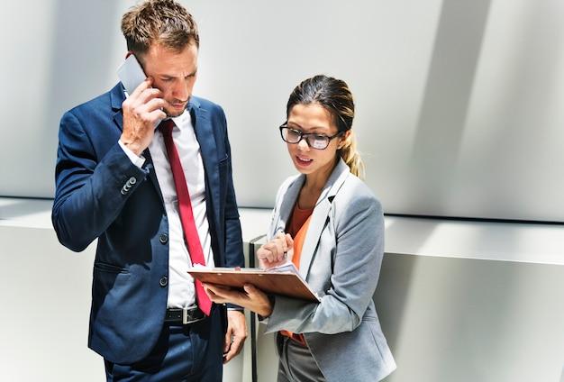 Concetto di associazione di discussione del lavoratore di ufficio corporativo