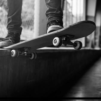 Concetto di attività ricreativa del parco di pattinatore estremo di sport del pattino