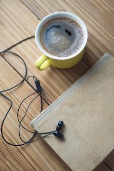 Concetto di audiolibro e una tazza di caffè