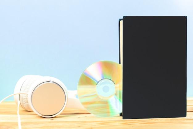 Concetto di audiolibro, libri sul tavolo con le cuffie