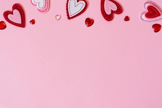 Concetto di auguri di san valentino. bordo di cuori su una rosa