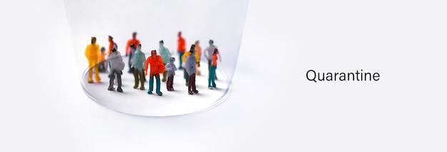 Concetto di autoisolamento, persone in plastica astratte protette sotto la cupola, quarantena covid-19,