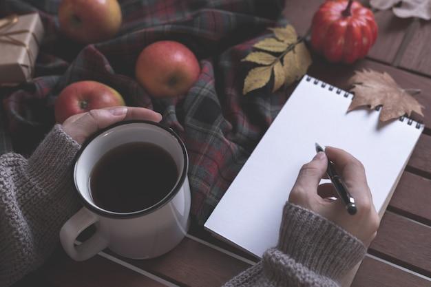 Concetto di autunno con tè e notebook