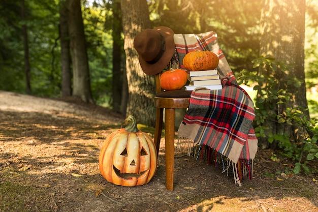 Concetto di autunno con zucca intagliata