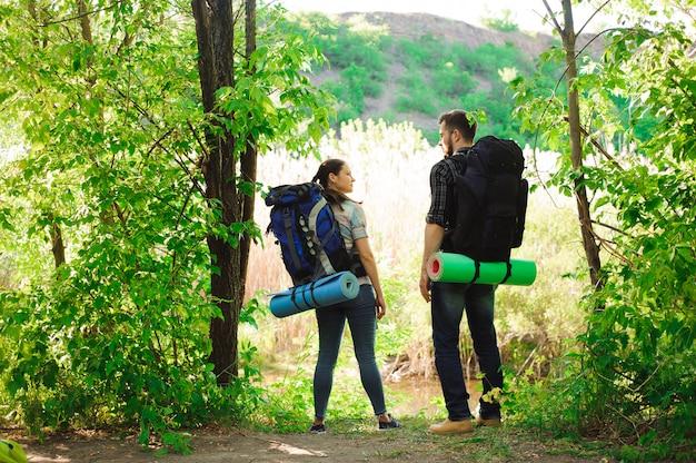 Concetto di avventura, viaggi, turismo, escursioni e persone
