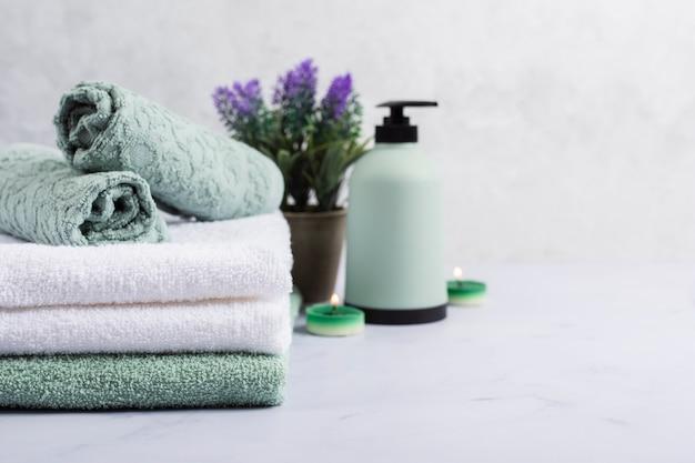 Concetto di bagno con asciugamani e lilla
