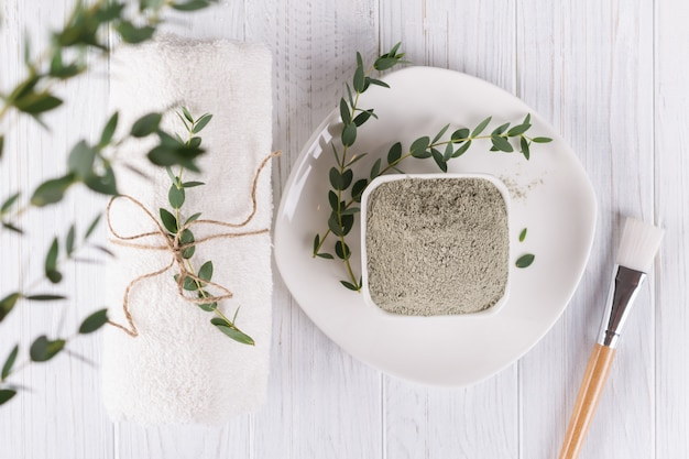 Concetto di bellezza. ingrediente naturale piatto in polvere di fango argilloso per maschera o scrub viso e corpo fatti in casa