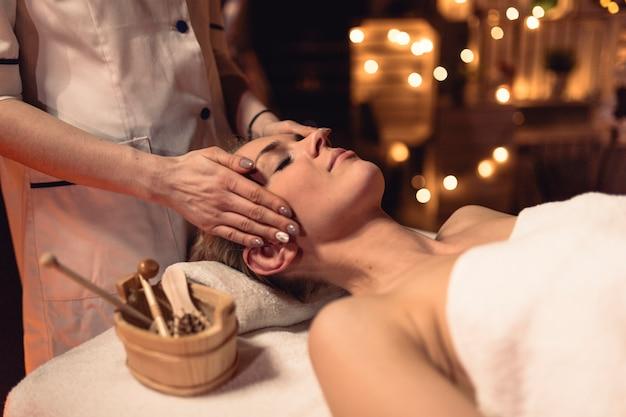 Concetto di benessere con donna nel salone di massaggio