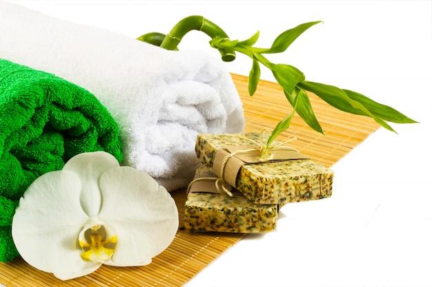 Concetto di benessere e spa con sapone naturale isolato su bianco