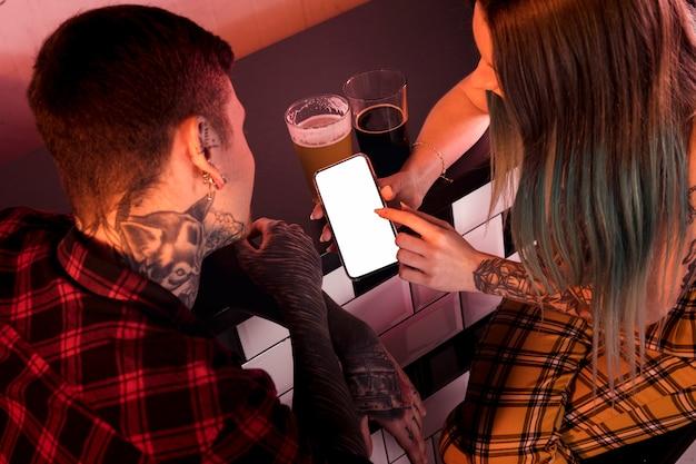 Concetto di birra artigianale con coppia hipster