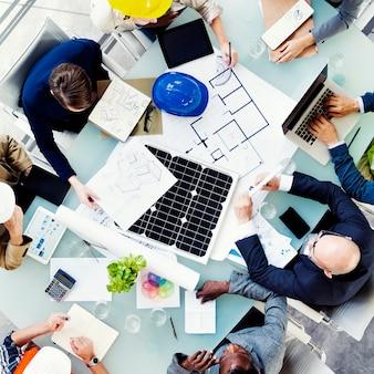 Concetto di brainstorming della gente di riunione dell'ingegnere dell'architetto