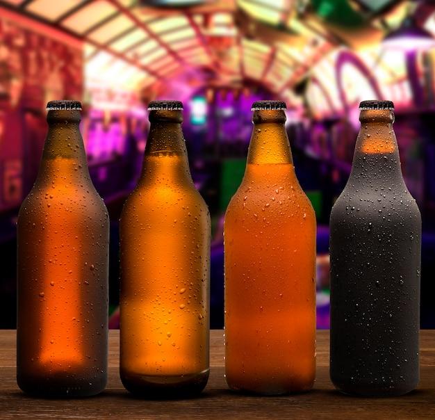 Concetto di branding e marketing per la birra con una linea di bottiglie marroni vuote piene senza etichetta non aperte su uno sfondo di pub concettuale di oktoberfest o vita notturna.