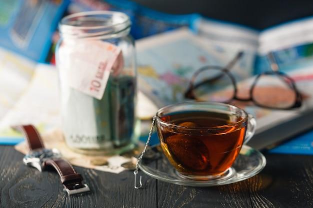 Concetto di budget di viaggio. risparmio di denaro in un barattolo di vetro
