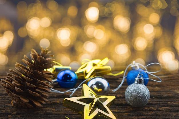 Concetto di buon natale con ornamenti a stella e palla