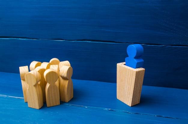 Concetto di business di leader e qualità di leadership, gestione della folla, dibattito politico