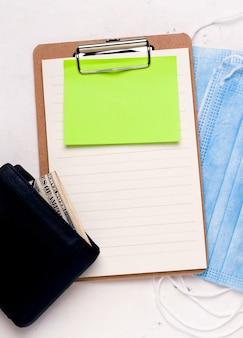 Concetto di business un foglio di carta bianco accanto a un portafoglio