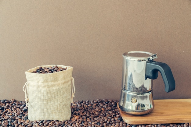 Concetto di caffè con sacchetto e moka pot
