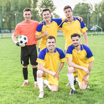 Concetto di calcio amatoriale con la squadra in posa