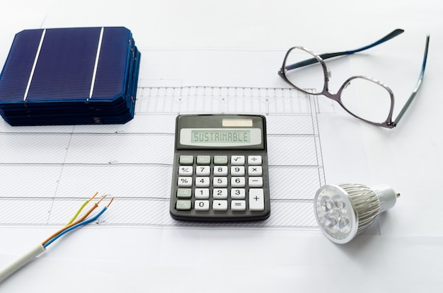 Concetto di calcolo di risparmi o investimenti per passare a una produzione di energia solare sostenibile