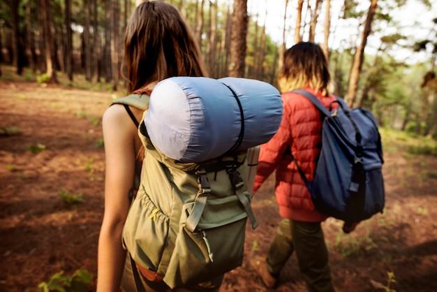 Concetto di camminata di campeggio di viaggiatore con zaino e sacco a pelo delle coppie