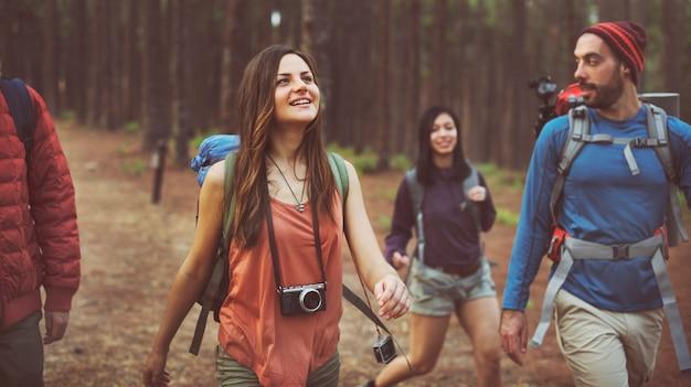 Concetto di campeggiatore di amicizia di felicità di camminata di viaggio
