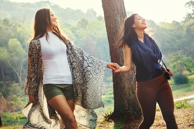Concetto di campeggio della destinazione di viaggio del ritrovo di amicizia della gente