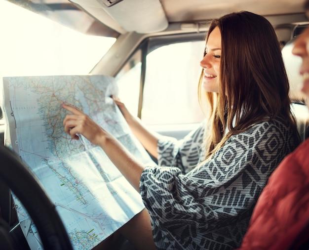 Concetto di campeggio della mappa di direzione delle coppie di roadtrip