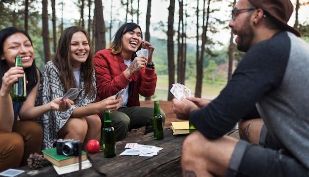 Concetto di campeggio delle carte da gioco degli amici