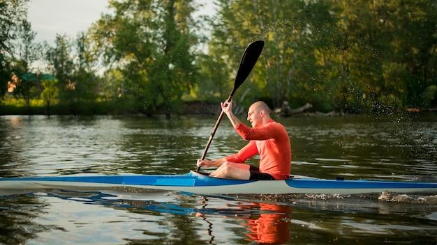 Concetto di canottaggio con l'uomo in canoa