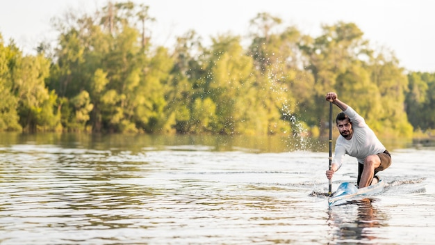 Concetto di canottaggio con l'uomo in kayak