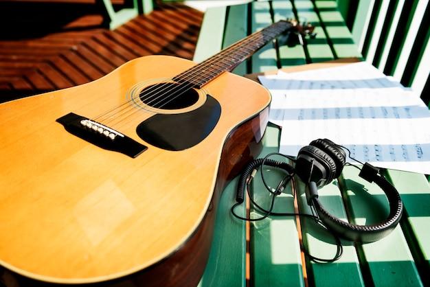 Concetto di canzone di carta nota musicale di chitarra