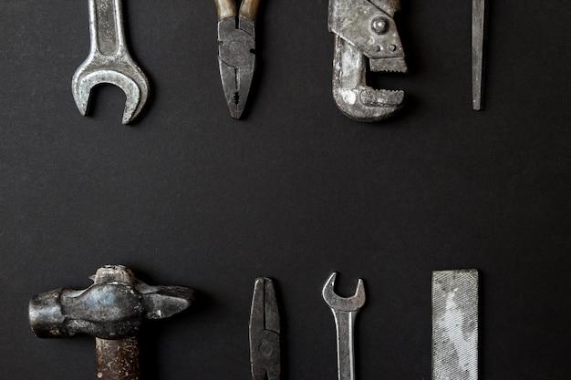 Concetto di cartolina d'auguri di giorno di padri. vecchi strumenti d'annata su fondo di carta nero. distesi. copia spazio