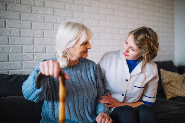 Concetto di casa di riposo con l'infermiera