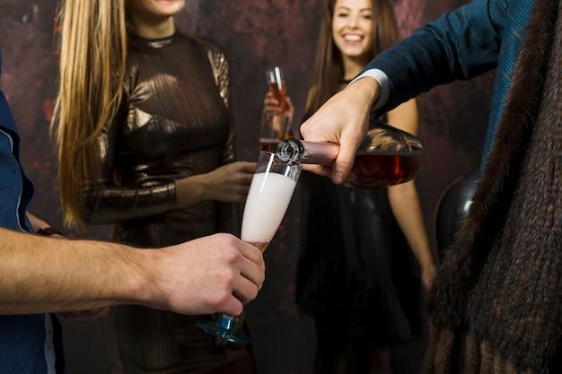 Concetto di celebrazione del nuovo anno con la bottiglia di champagne