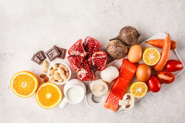Concetto di cibo allergia. allergie a pesce, uova, agrumi, cioccolato, funghi e noci.