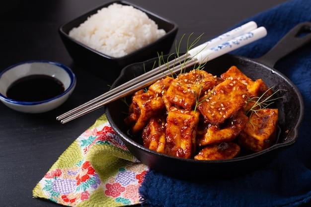 Concetto di cibo asiatico sano in casa mescola salsa di peperoncino piccante fritto, tofu biologico in padella di ferro padella con spazio di copia