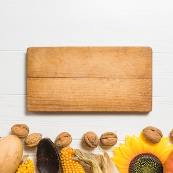 Concetto di cibo autunnale con tavola di legno