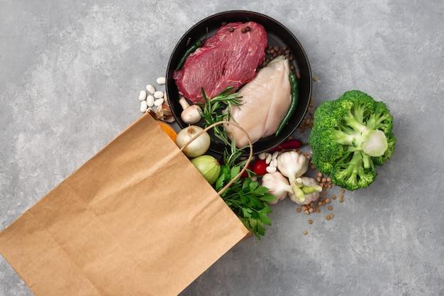 Concetto di cibo borsa. sacchetto di carta commerciale di generi alimentari con vista dall'alto di cibo sano