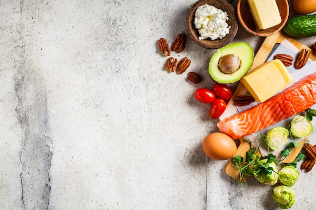Concetto di cibo dieta cheto. pesce, uova, formaggio, noci, burro e verdure