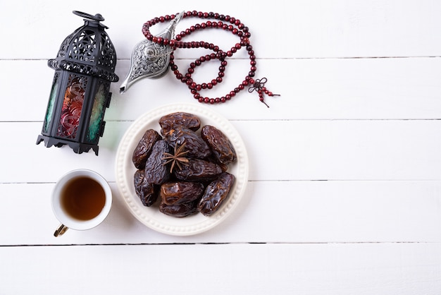 Concetto di cibo e bevande del ramadan. ramadan lantern con lampada araba
