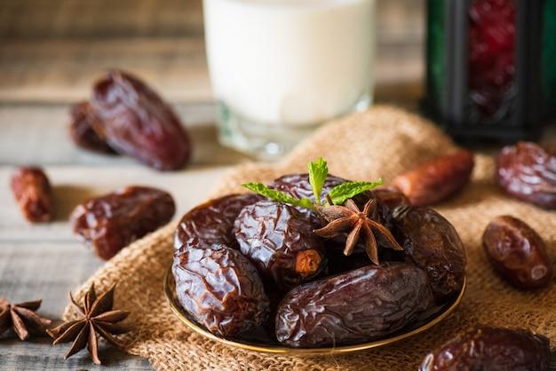 Concetto di cibo e bevande del ramadan. ramadan lantern with milk, date fruit