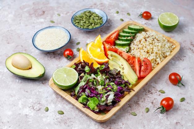 Concetto di cibo equilibrato vegetariano sano, insalata di verdure fresche, ciotola di buddha