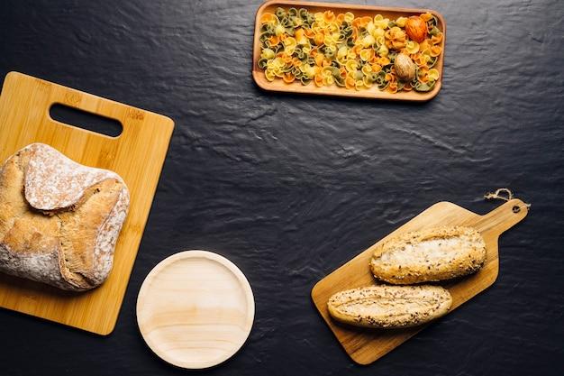 Concetto di cibo italiano con pane, pasta e spazio
