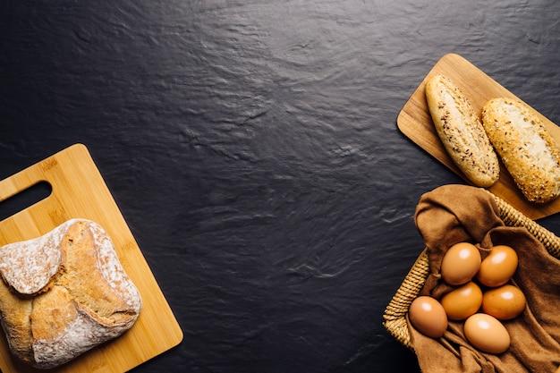 Concetto di cibo italiano con pane, uova e spazio in mezzo