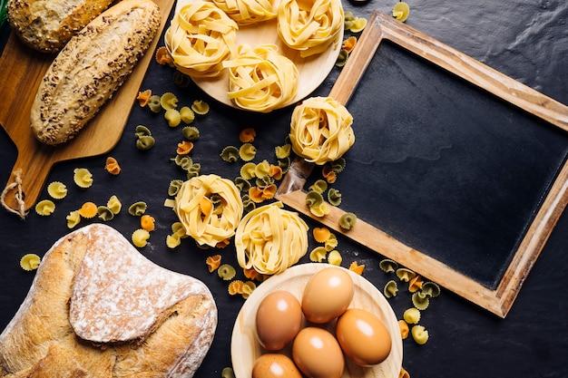 Concetto di cibo italiano con pasta e ardesia