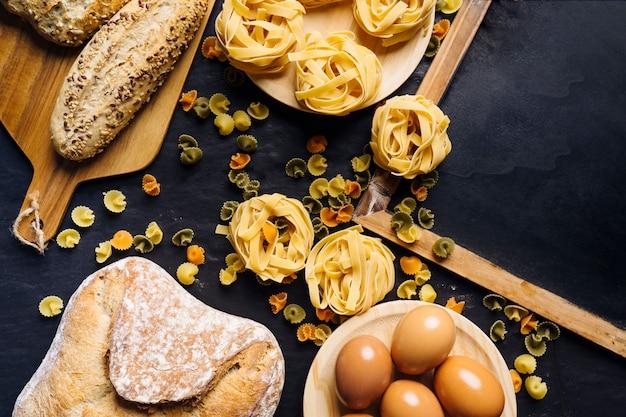 Concetto di cibo italiano con pasta e pane