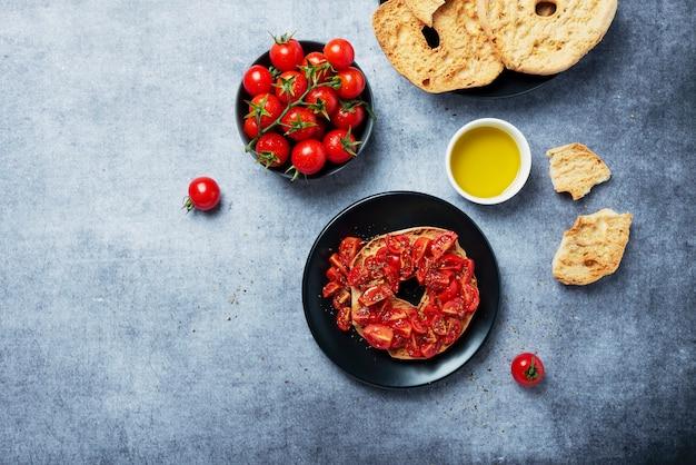 Concetto di cibo italiano. friselle al pomodoro, olio e origano. vista dall'alto in basso con copia spazio