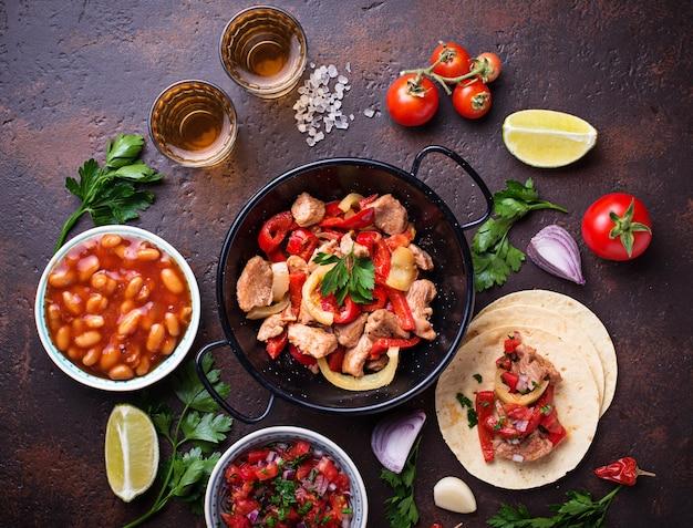 Concetto di cibo messicano. salsa, tortilla, fagioli, fajitas e tequila