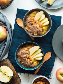 Concetto di cibo per la colazione accogliente con amaranto di curcuma